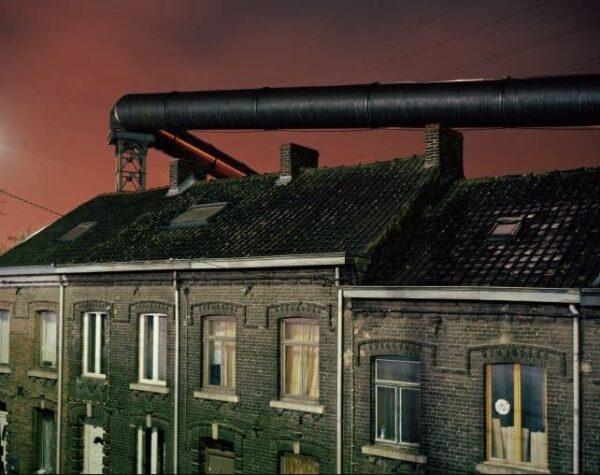 Primo premio - Categoria Problemi Contemporanei (scatto singolo) - Copyright Giovanni Troilo - Tubi di alimentazione del gas corrono lungo le case costruite vicino alle acciaierie di Charleroi. Prima dell'aggiornamento elettrico dell'altoforno, questi tubi erano utilizzati per fornire l'energia necessaria allo stesso.