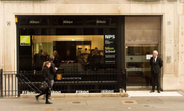 Nikon School chiude in Inghilterra per trasferirsi Online